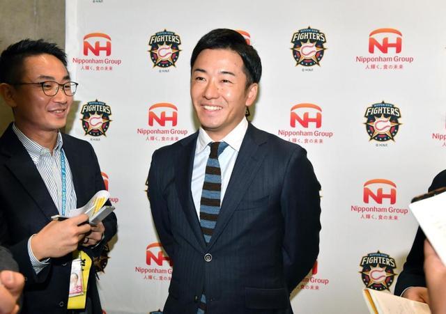 日本ハムグループの展示会出席後、記者の質問に笑顔で答える斎藤