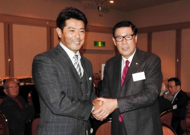 田淵幸一氏(右)から激励を受ける稲葉監督