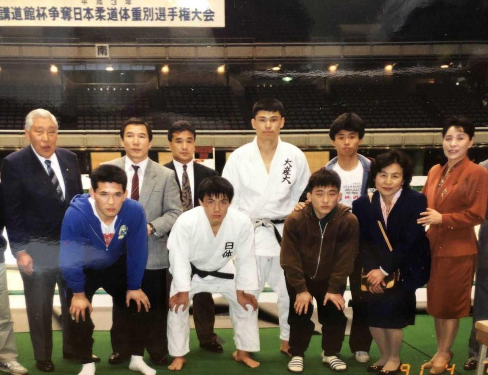 大学卒業後の91年講道館杯で優勝した古賀稔彦さん(前列左から2人目)と阪神・佐藤輝明の父・博信さん(後列左から4人目)=本人提供