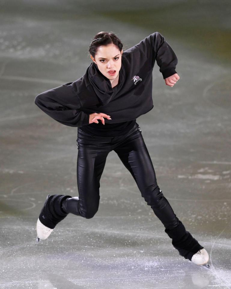 黒いボーイッシュな衣装のメドベージェワ