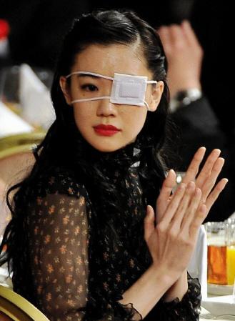 眼帯を装着し日本アカデミー賞に出席する蒼井優=東京都港