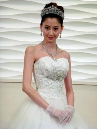 ウェディングドレスを着た河北麻友子