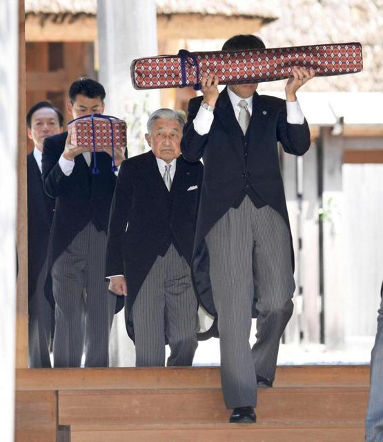 伊勢神宮外宮を参拝された天皇陛下。手前は「三種の神器