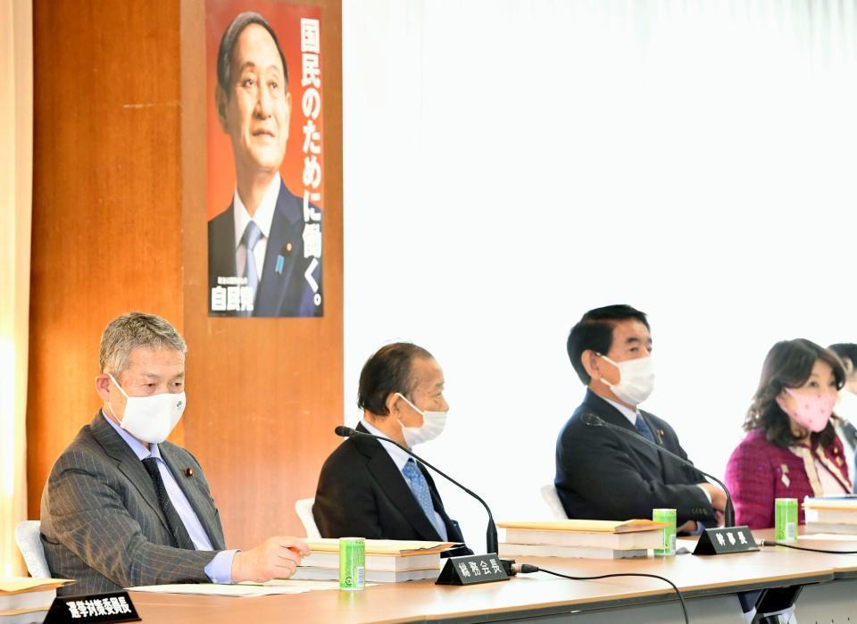 自民党の総務会に臨む(左から)佐藤総務会長、二階幹事長、下村政調会長ら=19日午前、東京・永田町の党本部