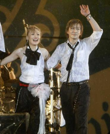a-nationでファンの声援に応えるKEIKO(左)と小室哲哉=2008年8月