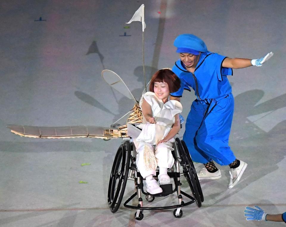 パラリンピック開会式で主人公の小さな飛行機を演じる13歳の和合由依さん(中央)=撮影・伊藤笙子