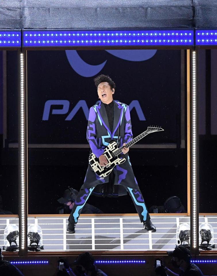 パラリンピック開会式でギターを演奏する布袋寅泰=国立競技場(撮影・伊藤笙子)