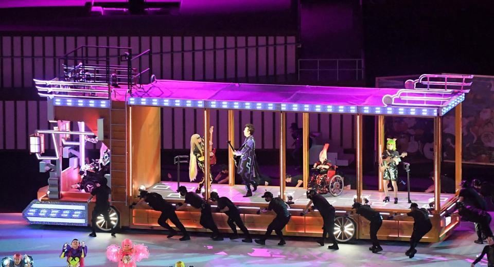 デコトラの中でギターを演奏する布袋寅泰(中央)=国立競技場(撮影・伊藤笙子)