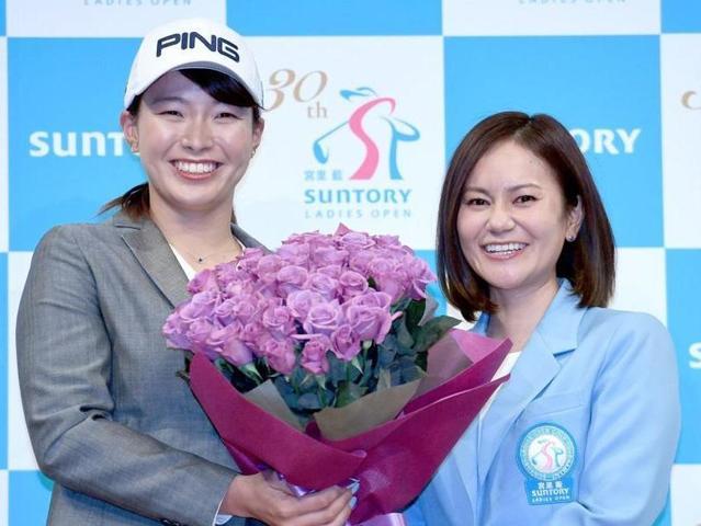 宮里藍(右)から花束を贈呈され笑顔の渋野日向子=東京サントリーホール(撮影開出牧)