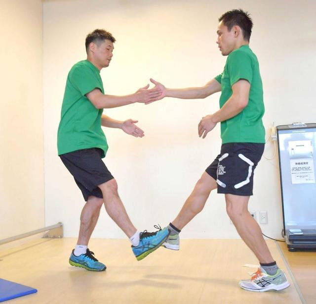右手と右足を同時にタッチ。次は左手と左足