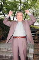 2005年、デイリースポーツのインタビューでポーズをとる小沢昭一さん