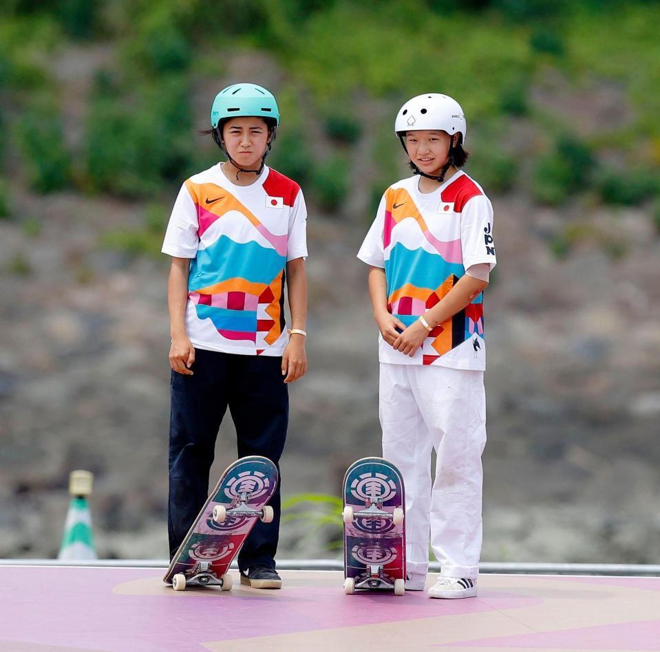 女子ストリート決勝 順番を待つ中山楓奈(左)と西矢椛=有明アーバンスポーツパーク
