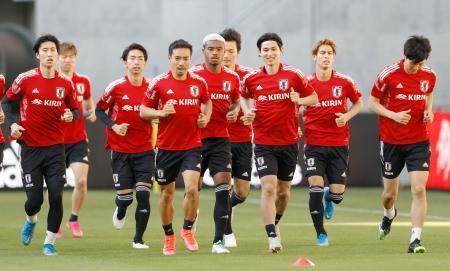 セルビア戦に向け、最終調整する日本代表。右から3人目は南野、左端は鎌田=ノエビアスタジアム神戸