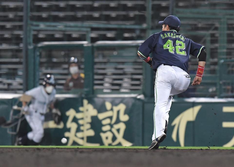 Photo of 阪神、珍プレーで逆転 ヤクルト・マクガフが無人の一塁にけん制 ファンも失笑 | デイリースポーツ